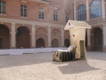 """""""Old Woman's Shoe"""", installation dans la Cour de l'Hôtel Saint-Jean"""